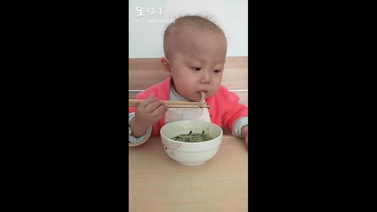 Bebê comendo com Hashi, veja como ele segura bem o objeto