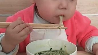 Bebê Comendo Com Hashi, Veja Como Ele Segura Bem O Objeto!
