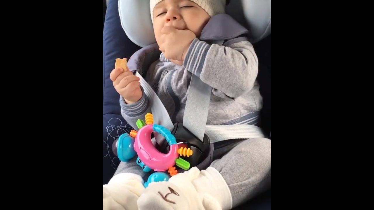 Bebê comendo com os olhinhos fechados de sono