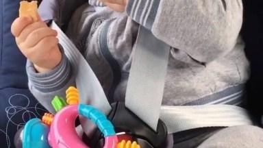 Bebê Comendo Com Os Olhinhos Fechados De Sono, É Muita Fofura!
