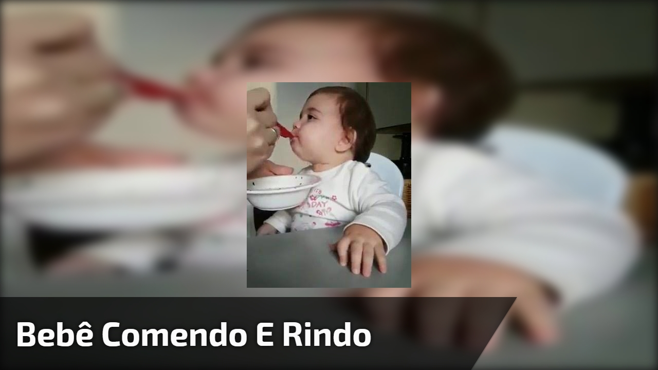 Bebê comendo e rindo
