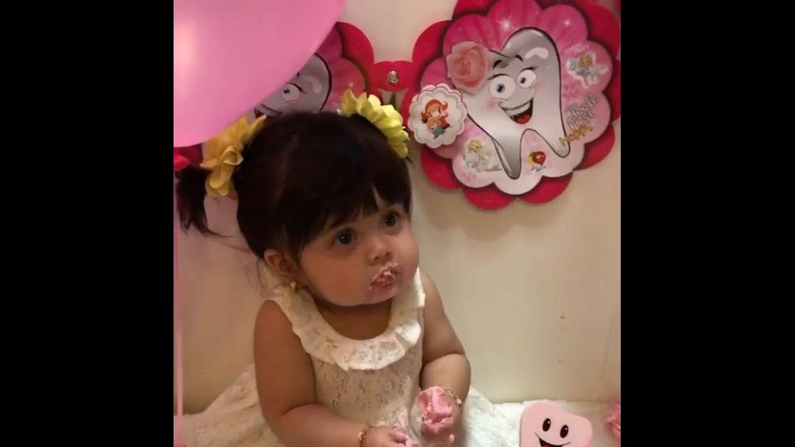 Bebê comendo doce rosa, que coisa mais linda essa menina