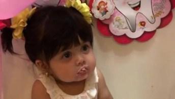 Bebê Comendo Doce Rosa, Que Coisa Mais Linda Essa Menina!