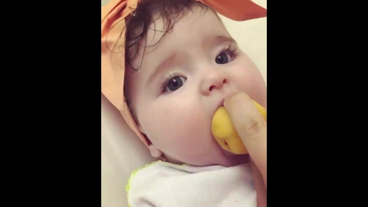 Bebê comendo fruta redonda, que delicia de frutinha