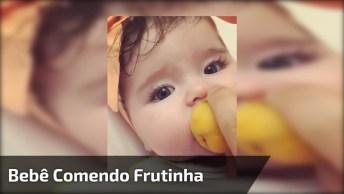 Bebê Comendo Frutinha, Olha Só Como Ela Gosta De Comer, Que Fofa!