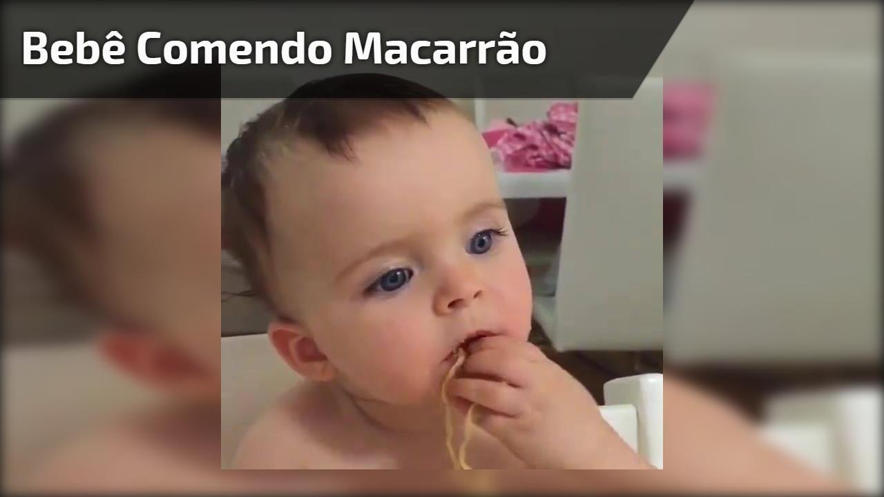 Bebê comendo macarrão