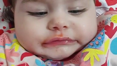 Bebê Comendo Morango, Veja Como Ela Gosta De Frutinha, Que Fofa!