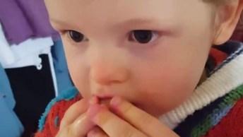 Bebê Comendo Pêssego, Que Delicia Que Esta Essa Fruta. Confira!
