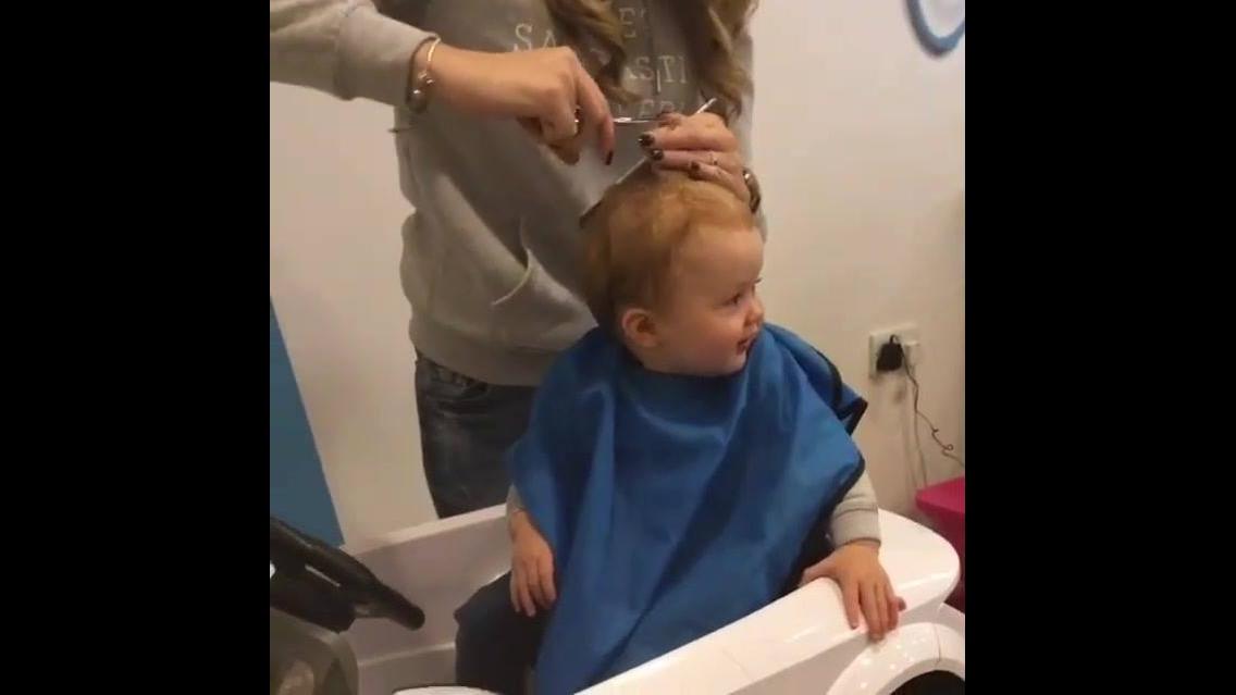 Bebê cortando cabelinho