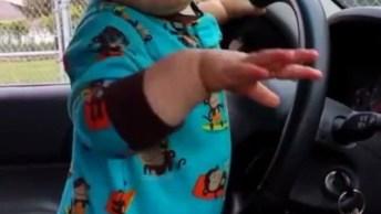 Bebê Curtindo Som No Carro, E Parece Que Ele Quer O Som Bem Alto Hein!