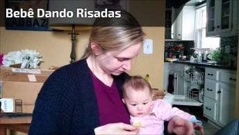 Bebê Da Risadas Quando A Mamãe Come Um Salgadinho, Olha Só Esta Risadinha!