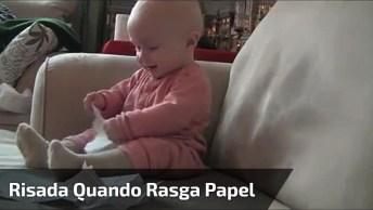 Bebê Da Risadas Quando Papai Rasga Papel, Olha Só Que Coisinha Mais Fofa!