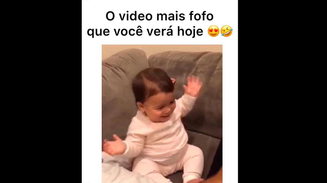 Bebê dançando com musiquinha