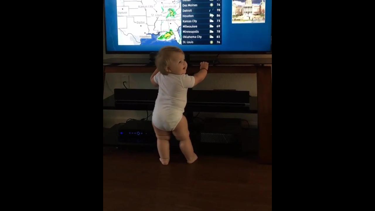 Bebê dançando, essa ai vai gostar de uma balada quando crescer hein
