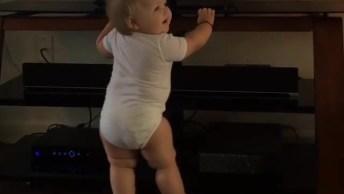 Bebê Dançando, Essa Ai Vai Gostar De Uma Balada Quando Crescer Hein!