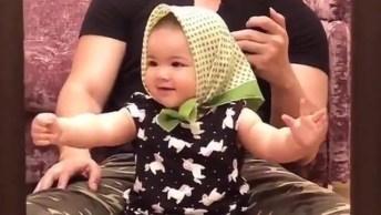 Bebê Dançando Música Com Lenço Na Cabeça, Que Fofura De Menina!