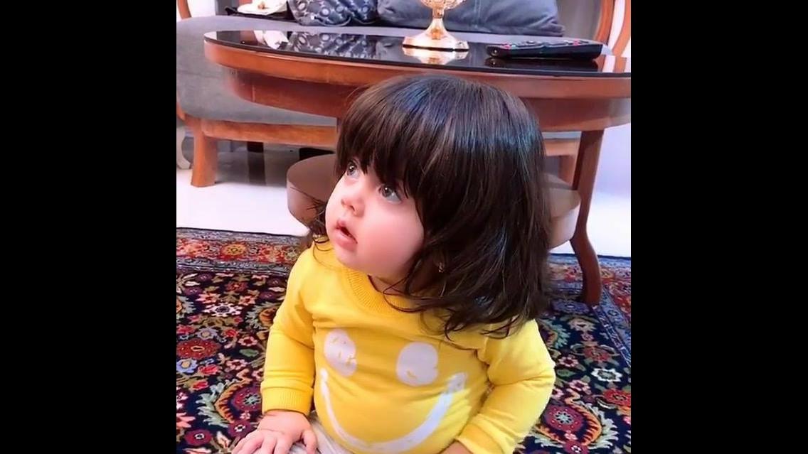 Bebê dançando, olha a felicidade dela com a musica tocando