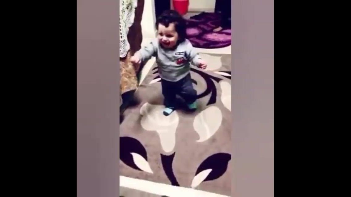 Bebê dando gargalhadas enquanto anda
