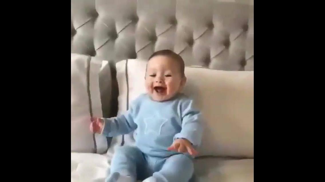 Bebê dando gargalhadas, olha só que fofura este lindinho fofo!!!