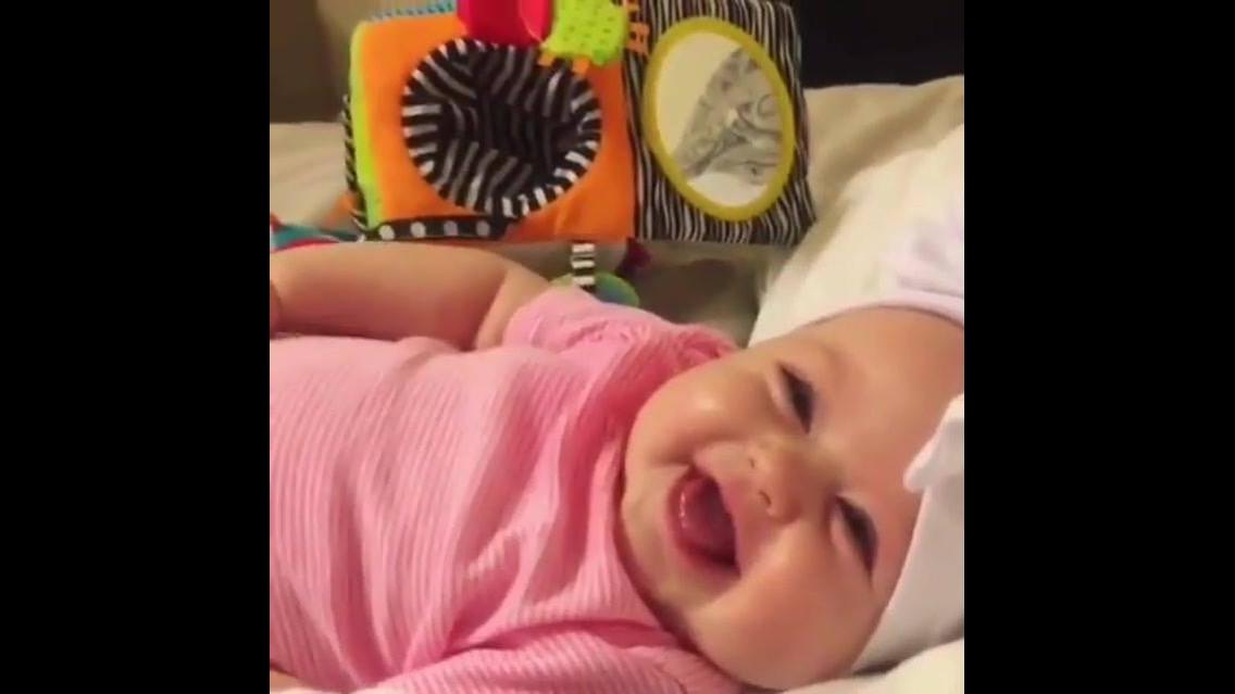 Bebê dando gargalhadas, olha só que lindinha gente