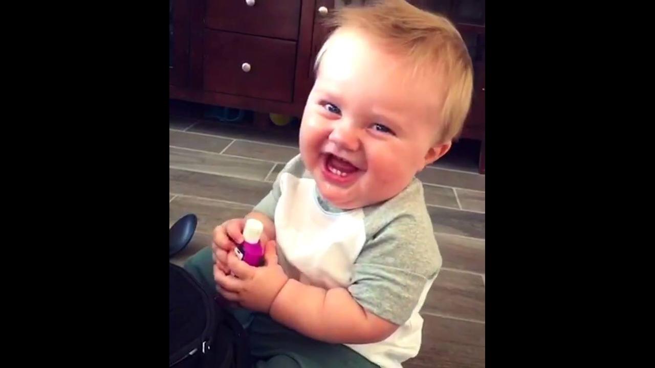 Bebê dando risada, ele vai conseguir te fazer rir com ele