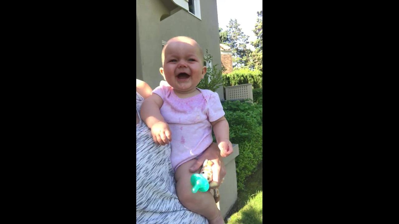 Bebê dando risadas até a barriga doer