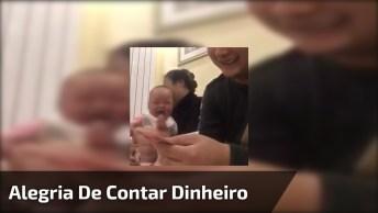 Bebê Dando Risadas Com Papai Contando O Dinheiro, É Muita Fofura!