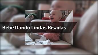 Bebê Dando Risadas Do Papai Rasgando Um Papel, Não Tem Como Não Rir Hahaha!