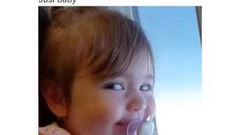 Bebê Dando Risadas E Olhar Meio Desconfiado Em Voo De Avião!