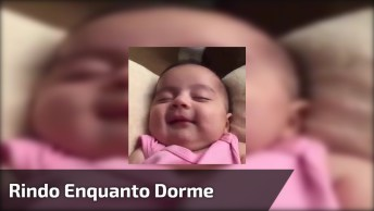 Bebê Dando Risadas Enquanto Dorme, Que Fofura Mais Linda!