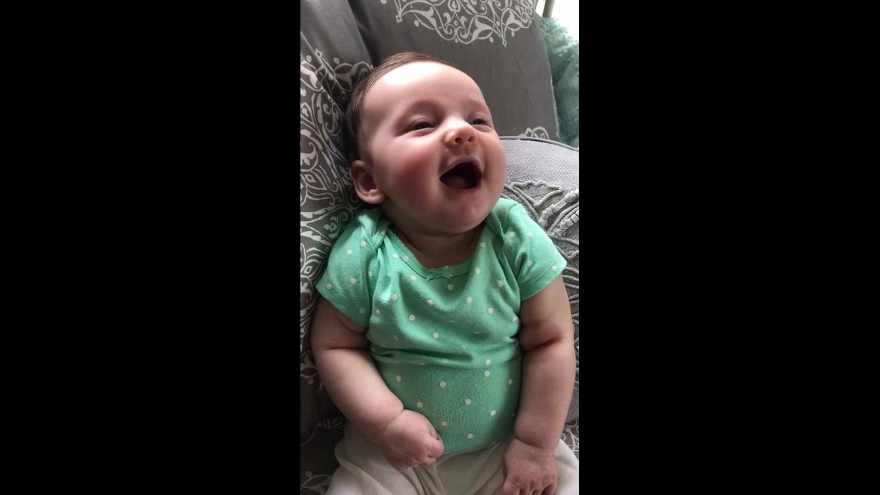 Bebê dando risadas, que divertido