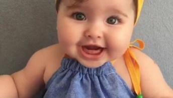 Bebê Dando Risadinhas Fofas, Que Faixazinha Amarela Linda Na Cabeça!