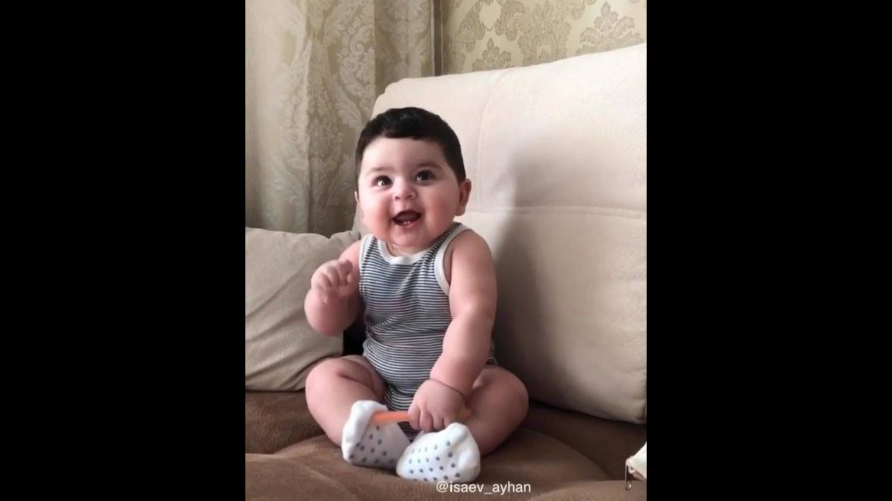 Bebê dando risadinhas para mamãe, olha só que lindinho gente!!!