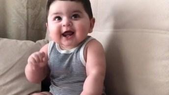 Bebê Dando Risadinhas Para Mamãe, Olha Só Que Lindinho Gente!