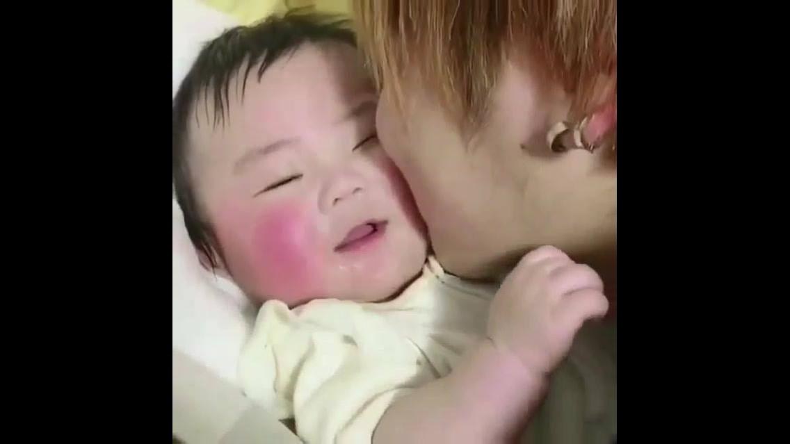 Bebê dando risadinhas, veja esta bochechinha rosada que fofura!!!
