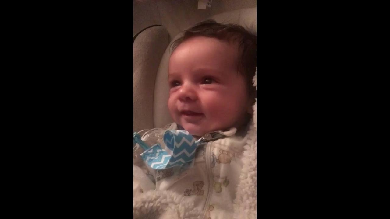 Bebê dando sorrisinhos mais fofinhos que se possa imaginar