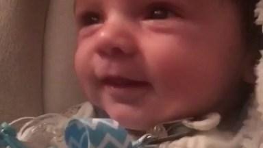 Bebê Dando Sorrisinhos Mais Fofinhos Que Se Possa Imaginar!