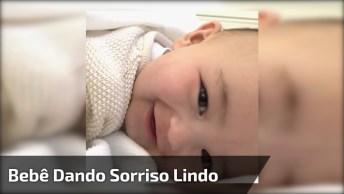 Bebê Dando Sorriso Lindo - Impossível Não Se Derreter Com Essa Fofura!