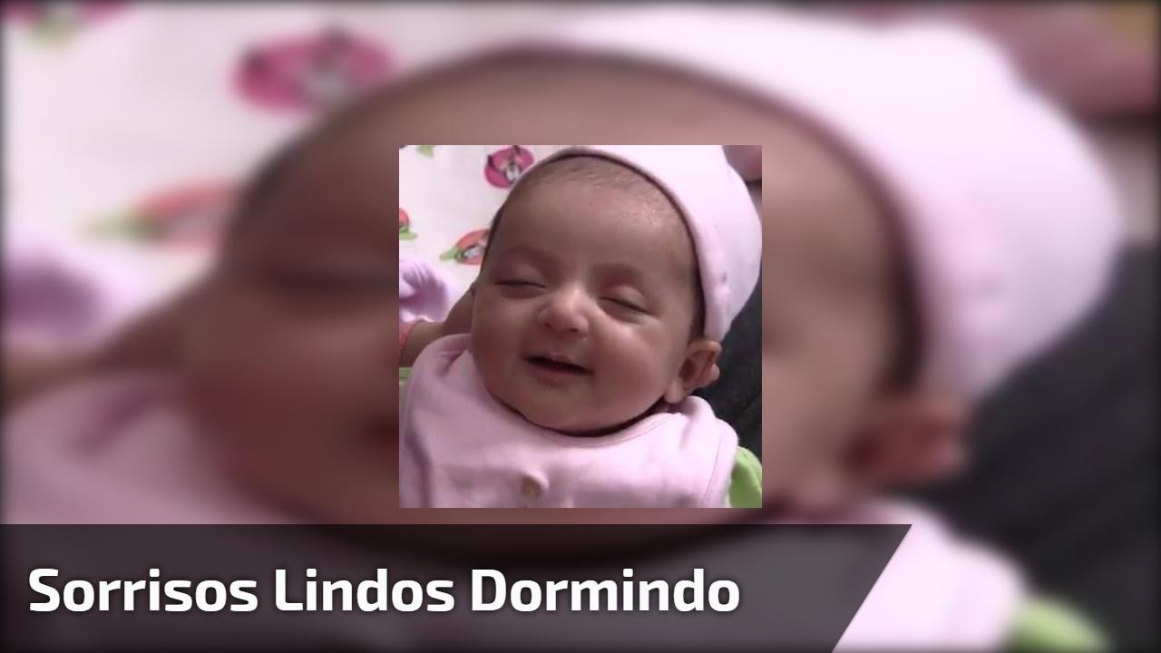 Bebê dando sorrisos dormindo, é muito lindinha, o milagre da vida!!!