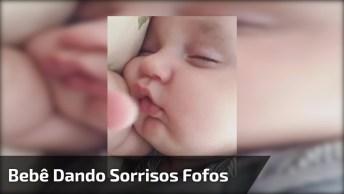 Bebê Dando Sorrisos Enquanto Dorme, Uma Fofura De Imagem Para Assistir!
