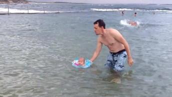 Bebê De Dois Meses Nadando No Mar, Que Delicia De Água!