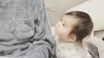 Bebê De Olhinhos Puxados Só Observando Tudo, Que Fofinha!