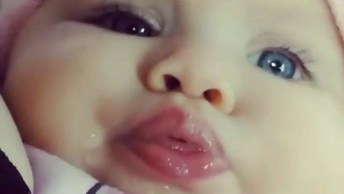 Bebê De Olhos Azuis Fazendo Fofurisse, Compartilhe Em Seu Facebook!