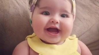 Bebê De Roupinha Amarela E Lao Na Cabeça, Que Linda Ela É!