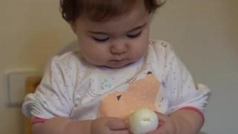 Bebê Descascando E Comendo Ovo Cozido, Olha Só Que Fofinha!