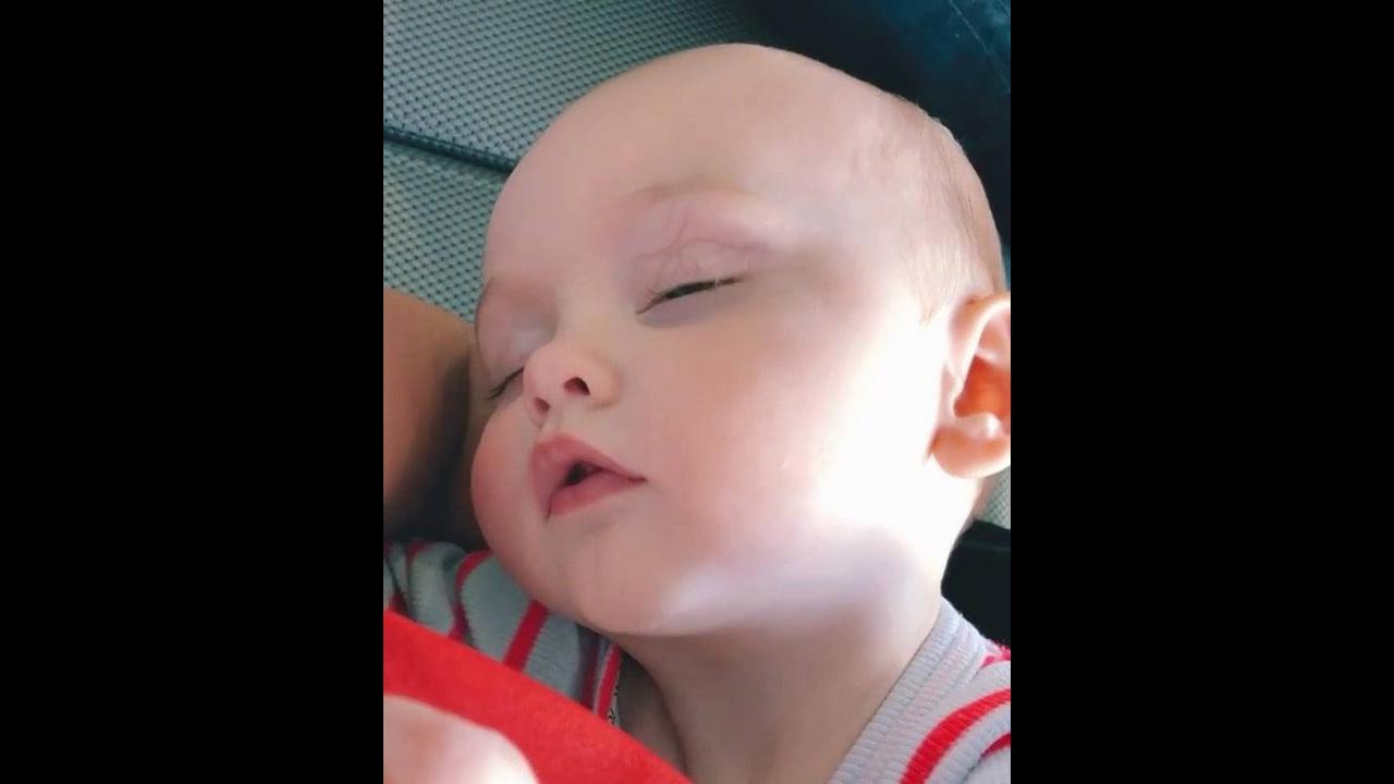 Bebê dormindo e chupando bico fantasma