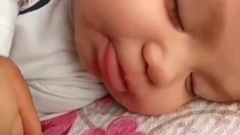 Bebê Dormindo E Fazendo De Conta Que Esta Mamando, Que Fofura!