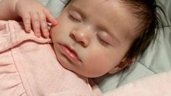 Bebê Dormindo Parecendo Que Esta Fazendo Pose, Que Linda!