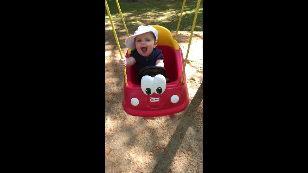 Bebê em balanço em formato de carrinho