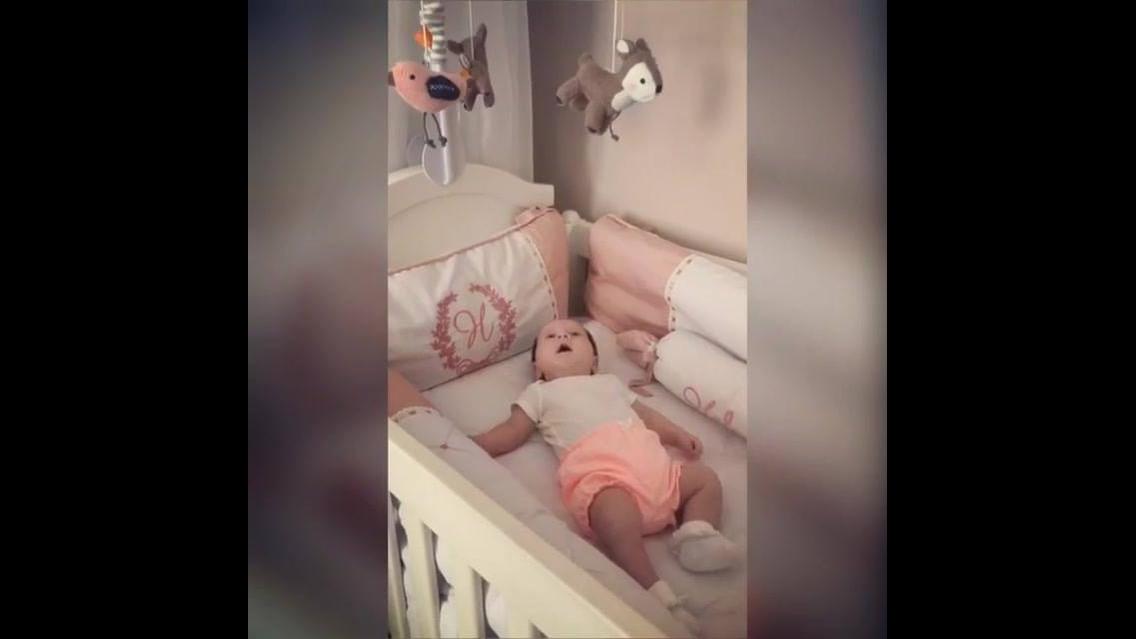 Bebê encantada com mobile